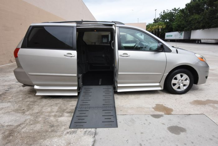 ab640a3273 2006 Toyota Sienna LE wheelchair Van At Mobility Express
